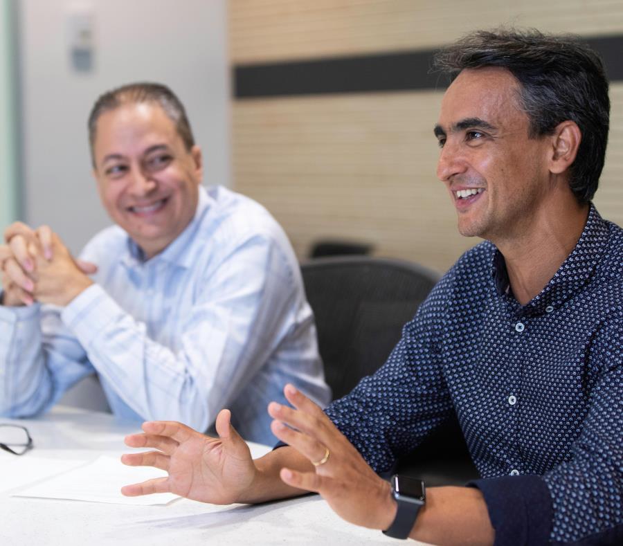 Desde la izquierda, Anton G. Roure, director de Recursos Humanos de Merck para Puerto Rico y Latinoamérica, junto a Marcos Roberto Da Costa, vicepresidente de Operaciones. (semisquare-x3)
