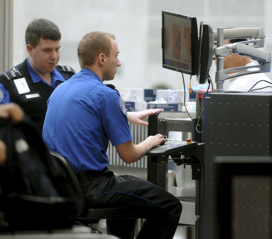 Agentes de la TSA hacen control del equipaje. (semisquare-x3)