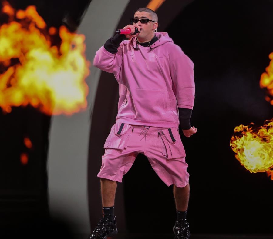 Bad Buny y El Alfa bailan y cantan rodeados de llamas en el video. En la imagen, Bad Bunny se presenta en el festival de Viña del Mar. (EFE) (semisquare-x3)