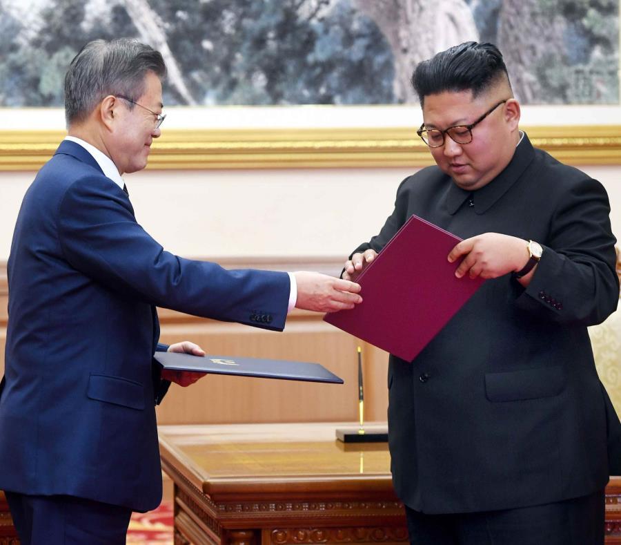El líder norcoreano, Kim Jong-un, y el presidente surcoreano, Moon Jae-in, intercambian documentos durante la tercera cumbre intercoreana que se realizó del 18 al 30 de septiembre. (EFE) (semisquare-x3)