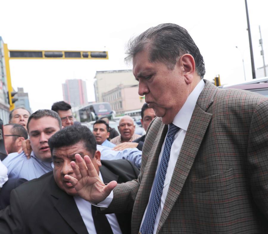 Alan García llega a la sede del Ministerio Público en el 2018 para responder por los sobornos pagados por la constructora brasileña Odebrecht en la construcción de un tramo del Metro de Lima, durante su segundo Gobierno (2006-2011). (EFE) (semisquare-x3)