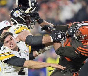Seria agresión en la NFL: Myles Garrett le pega con un casco a Mason Rudolph