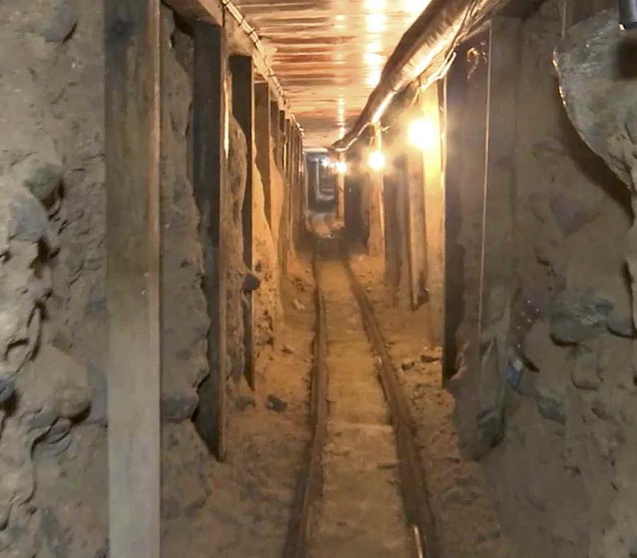 La imagen tomada de un video del 12 de diciembre de 2016 provista por la Procuraduría General de la República de México muestra un túnel que iba desde una zona de depósitos en Tijuana hacia California. (PGR, México, via AP) (semisquare-x3)