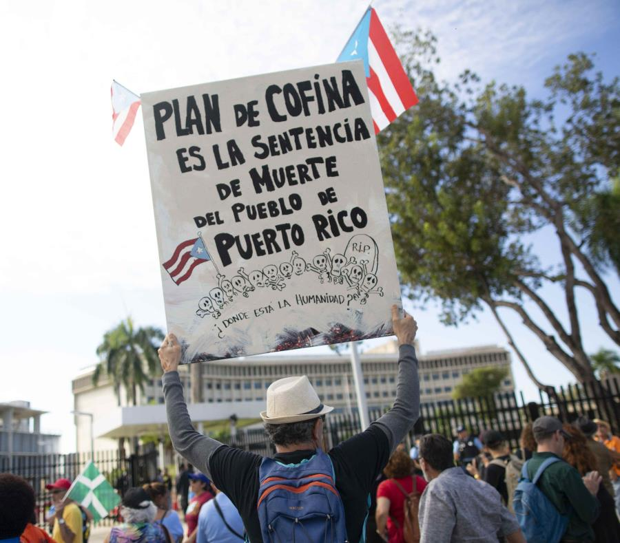 Ayer, miércoles, miles de personas se congregaron frente al tribunal en una manifestación. (semisquare-x3)