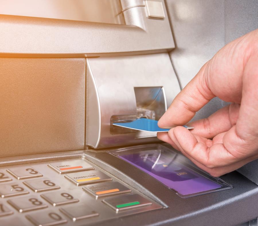 """Tanto la banca como las autoridades policíacas han puesto ojo avizor al uso de dispositivos llamados """"skimmers"""", los cuales copian la información de la banda magnética de una tarjeta y pueden instalarse en cajeros automáticos. (GFR Media) (semisquare-x3)"""