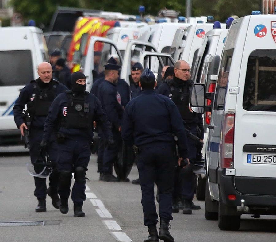 Toma de rehenes y disparos contra policías — Francia