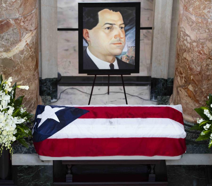 El féretro con los restos de Rafael Hernández Colón en la rotonda del Capitolio. (GFR Media) (semisquare-x3)