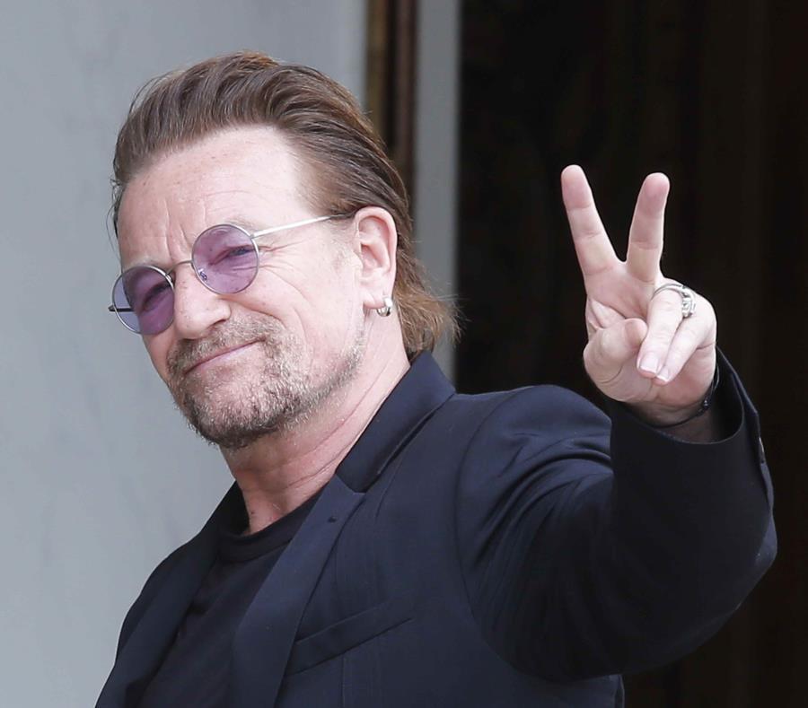 En esta imagen de archivo, tomada el 24 de julio de 2017, el cantante de U2, Bono, hace el signo de la paz con las manos a su llegada a una reunión en el Palacio del Elíseo, en París, Francia. (AP) (semisquare-x3)