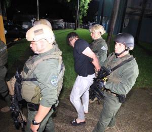 Arrestan a varias personas en el residencial Jardines de Sellés en Río Piedras