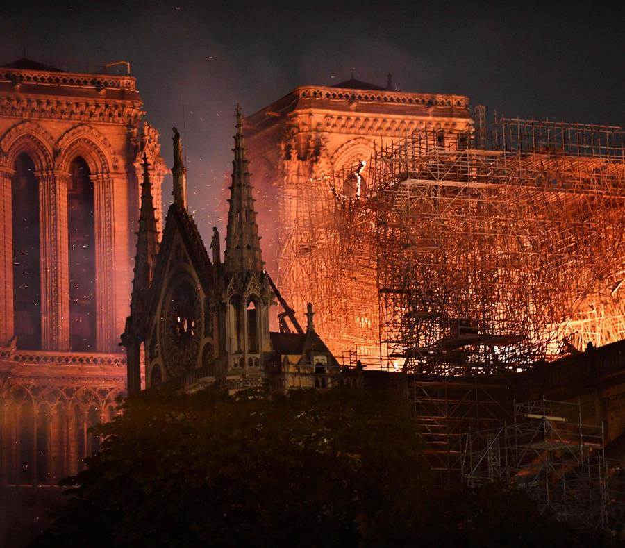 Vista general del incendio que consume el techo de la catedral de Notre Dame. (semisquare-x3)