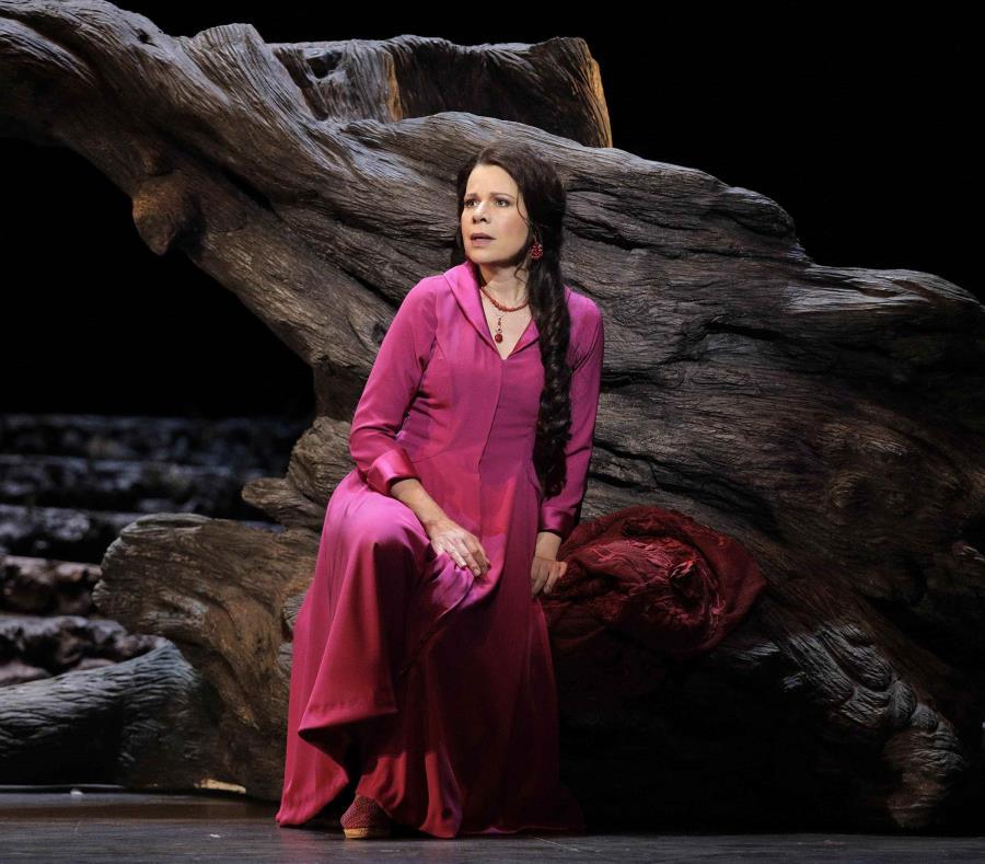 La foto muestra a la soprano puertorriqueña Ana María Martínez en el papel de Soleá en la zarzuela