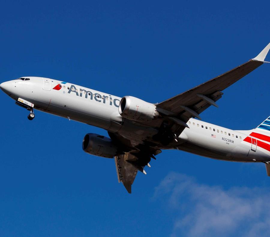 Un avión Boeing 737 MAX 8 de American Airlines se dispone a aterrizar en el aeropuerto de LaGuardia, ayer en Nueva York (semisquare-x3)