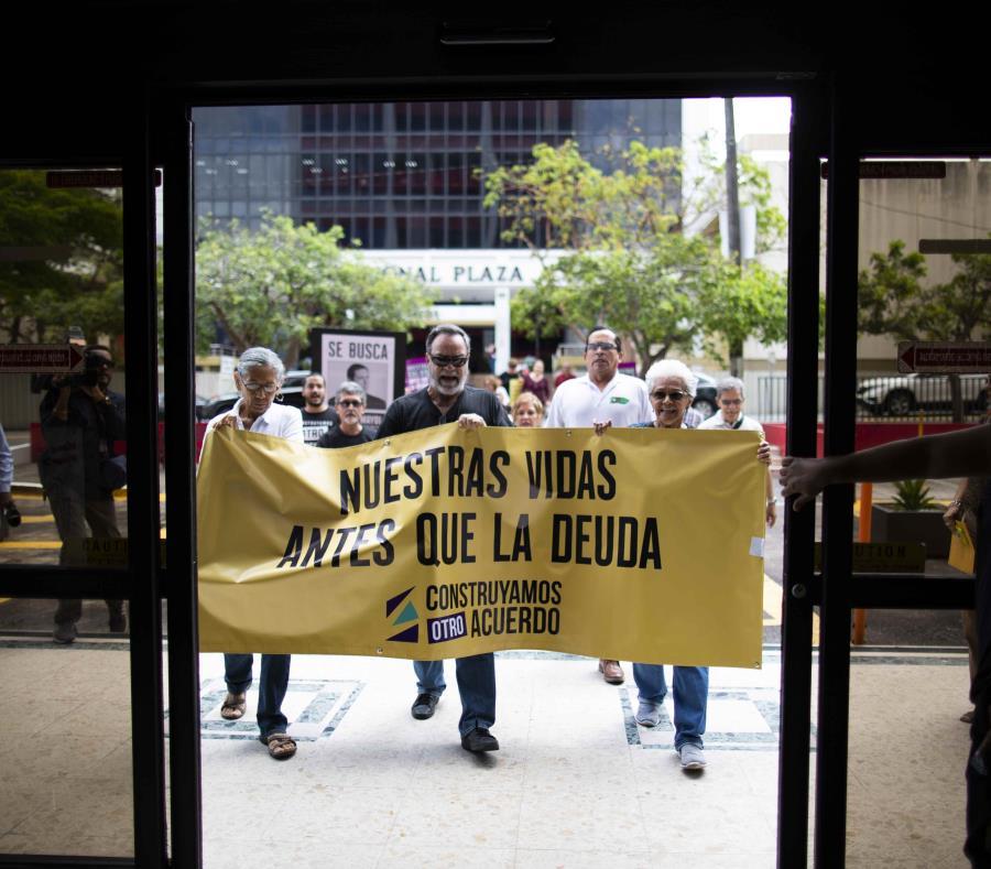 Los manifestantes marcharon a las oficinas de Héctor Mayol, abogado del Comité Oficial de Retirados. (semisquare-x3)
