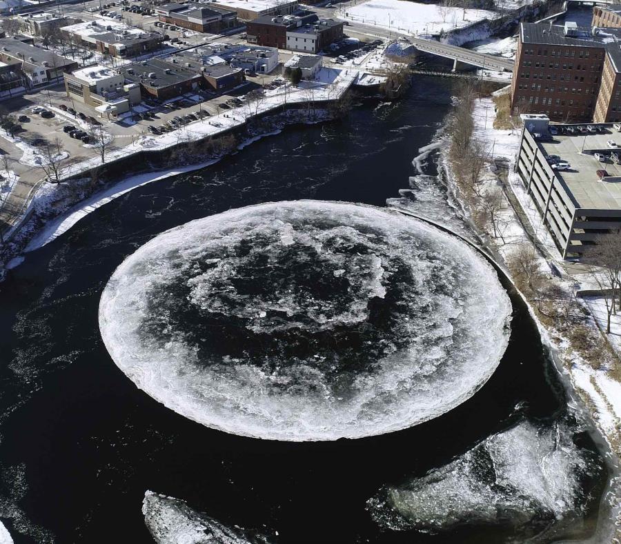 Un gigantesco disco de hielo que se forma naturalmente en el río Presumpscot. (semisquare-x3)