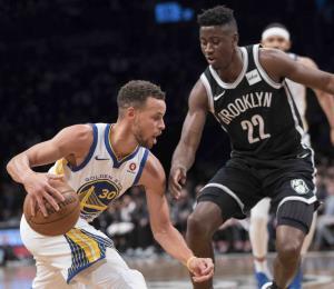 Curry guía a los Warriors con 39 puntos en Brooklyn