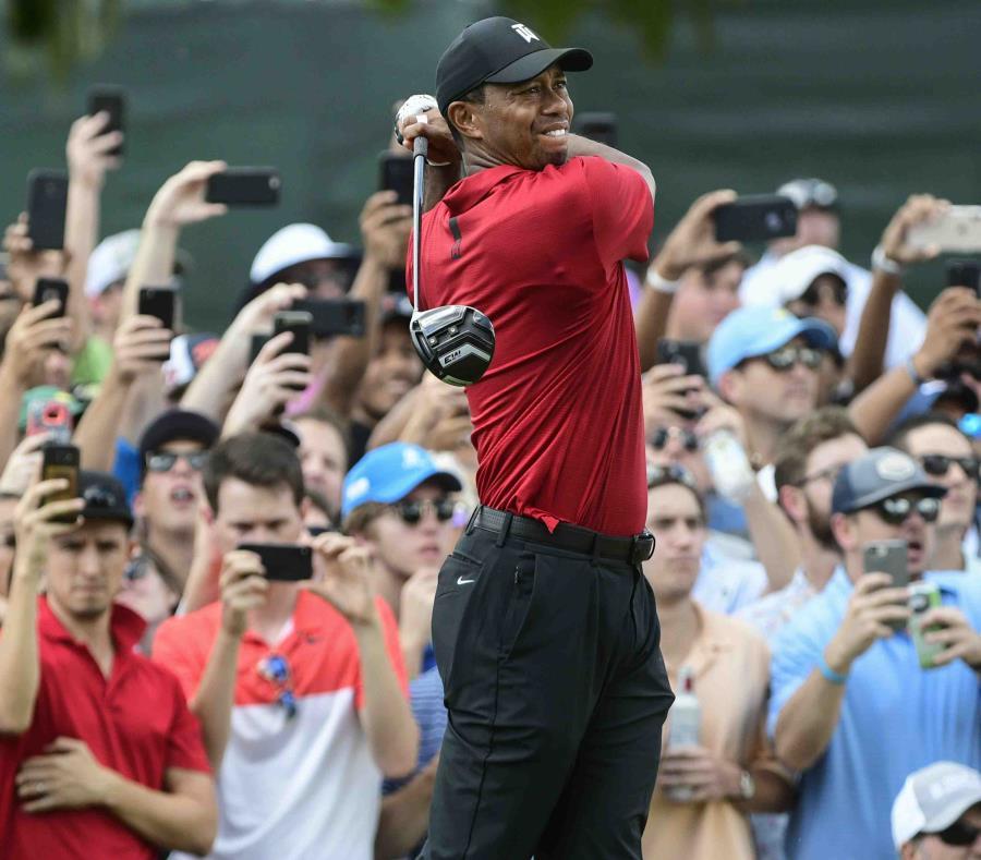 Tiger Woods realiza un drive durante el torneo que culminó hoy, domingo, en Atlanta. (AP / John Amis) (semisquare-x3)