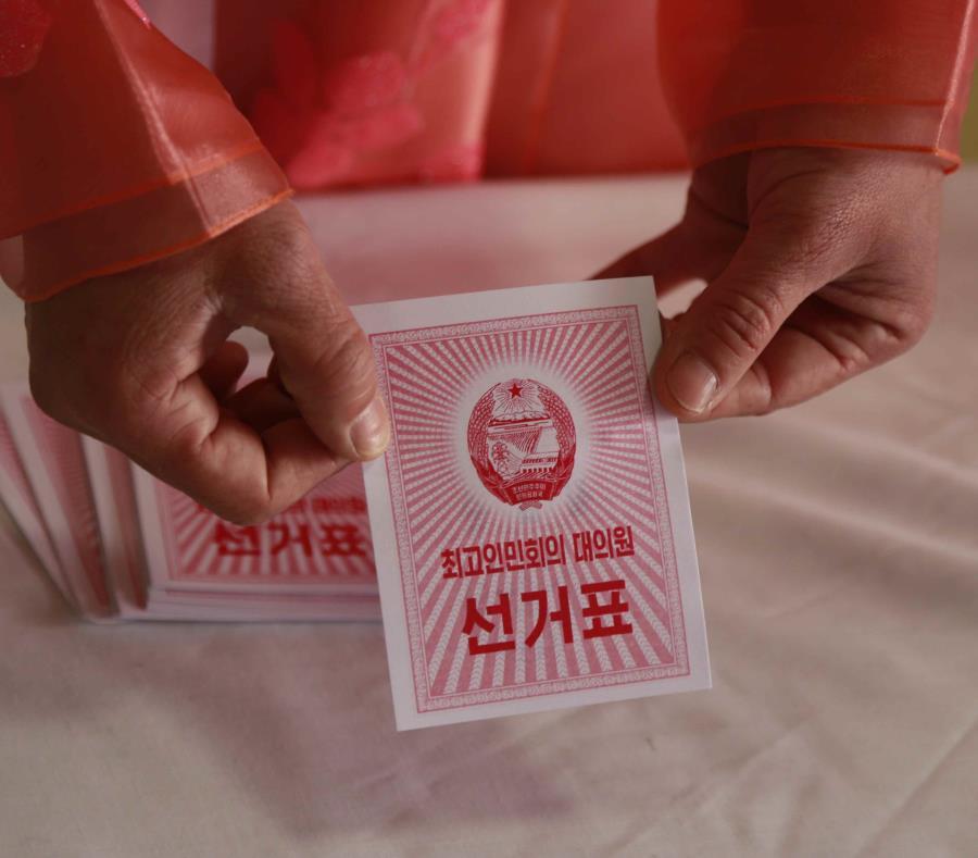 Un trabajador electoral muestra una boleta durante una elección, en un centro de votación en Pyongyang, Corea del Norte, el 10 de marzo de 2019. (AP Foto/Dita Alangkara) (semisquare-x3)