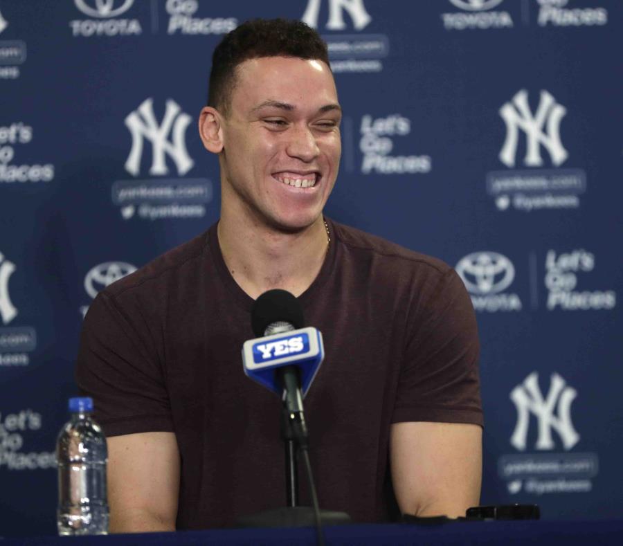 Aaron Judge contesta preguntas durante una conferencia de prensa después de su primera práctica del año con los Yankees. (AP) (semisquare-x3)