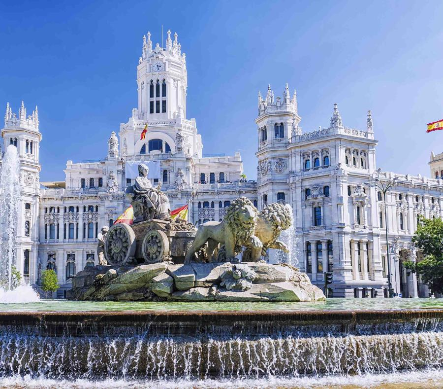 La fuente de la diosa Cibeles es el centro de celebración de los seguidores del Real Madrid. (semisquare-x3)