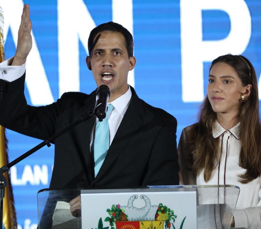 El jefe del Parlamento, Juan Guaidó (i), acompañado de su esposa, Fabiana Rosales (d), (semisquare-x3)