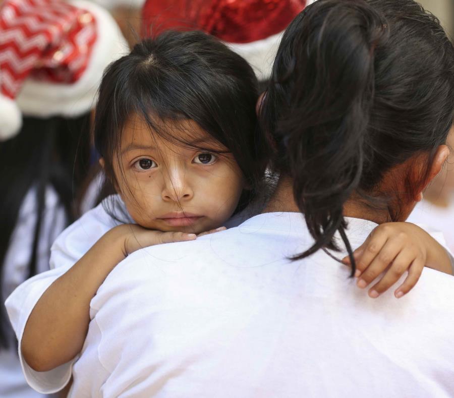 Madre e hija inmigrante (semisquare-x3)