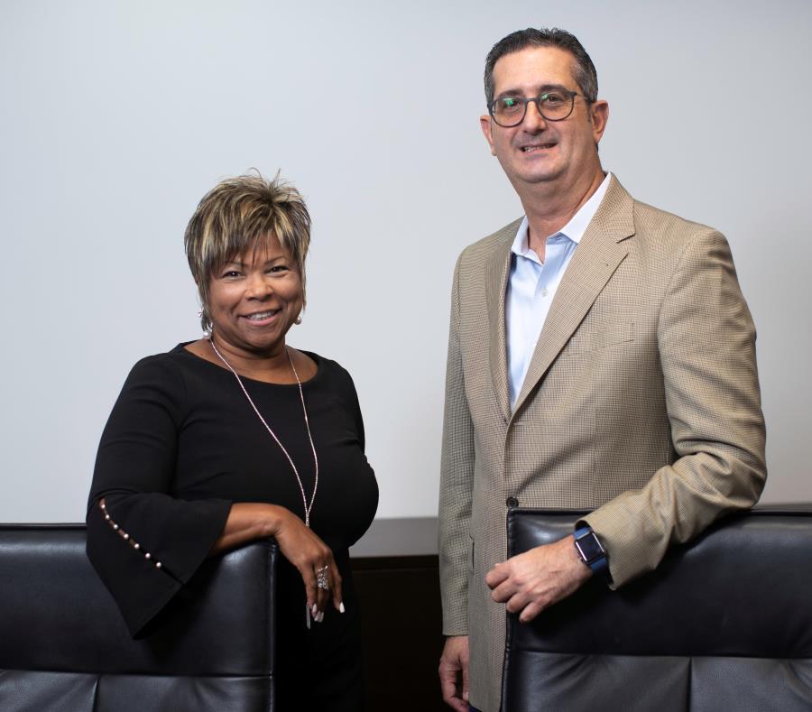 En la foto, Nadjah E. Galíndez, gerente de Recursos Humanos de MotorAmbar, junto a José R. Ordeix,  vicepresidente ejecutivo. (semisquare-x3)