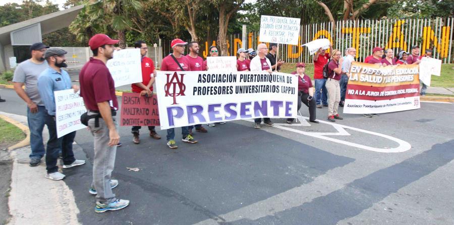 La Asociación Puertorriqueña de Profesores Universitarios (APPU) lleva a cabo una manifestación frente a los portones de la administración central de la Universidad de Puerto Rico. (horizontal-x3)