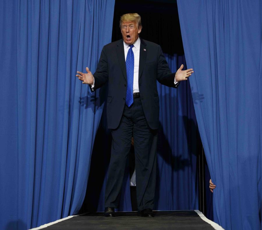 El presidente de Estados Unidos, Donald Trump, a su llegada a un acto de campaña en el Landers Center Arena de Southaven, Mississippi. (AP) (semisquare-x3)