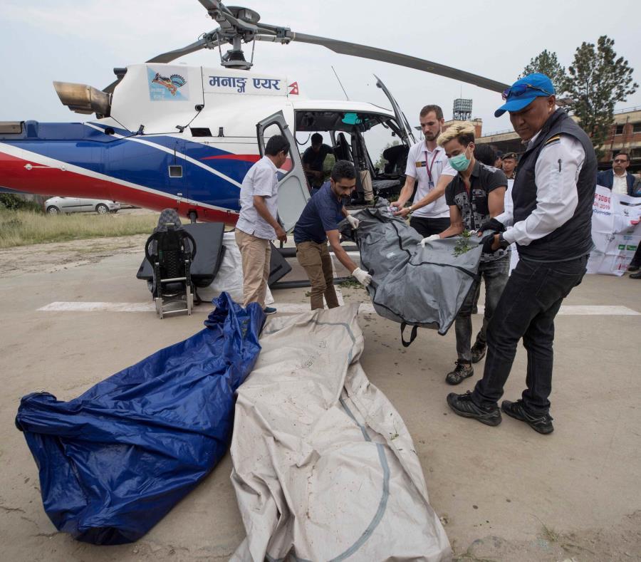 Policías nepalíes y miembros de los servicios de rescate transportan los cuerpo de los escaladores fallecidos en el monte Everest, Nepal (semisquare-x3)