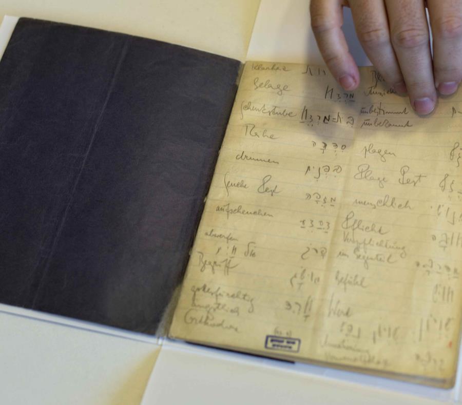 Un cuaderno de vocabulario en hebreo del escritor Franz Kafka, en la Biblioteca Nacional de Israel, Jerusalén. (AP) (semisquare-x3)