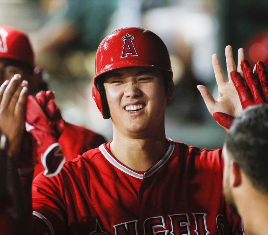 El japonés Shohei Ohtani, de los Angelinos de Los Ángeles, festeja en la cueva luego de anotar en un sencillo de Andrelton Simmons, ante los Rangers de Texas. (AP) (semisquare-x3)