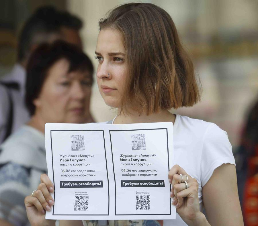 Una partidaria de Ivan Golunov lleva un poster que pide la liberación del reportero. (AP/Dmitri Lovetsky) (semisquare-x3)