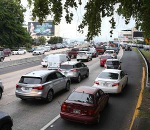 Un auto incendiado provocó tapón en la autopista José De Diego