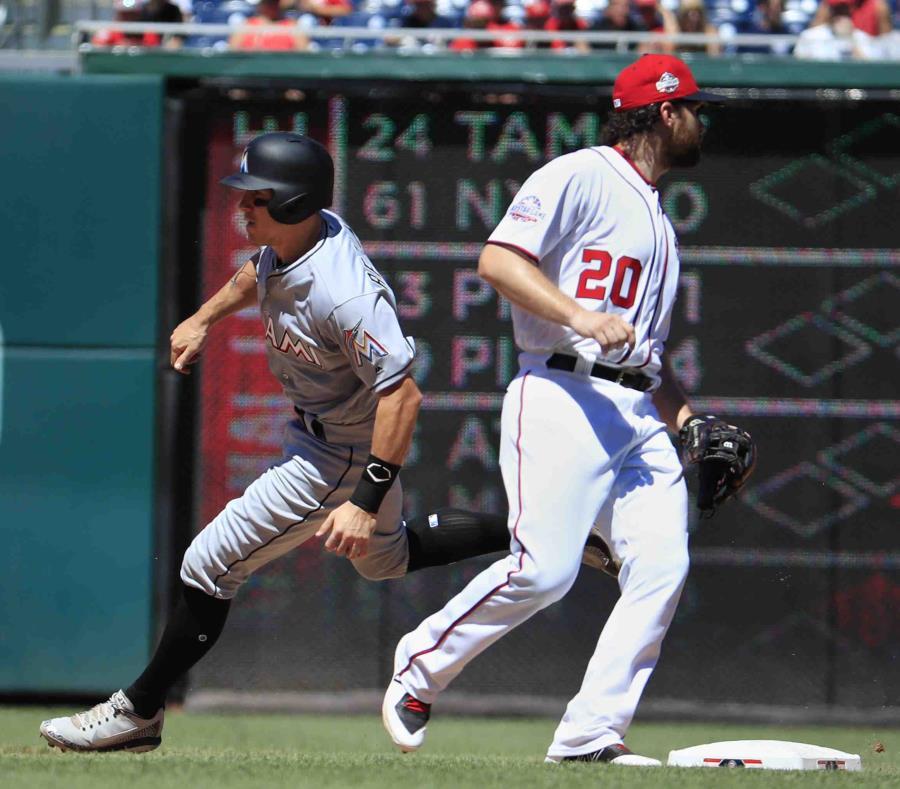 El jugador de los Marlins de Miami, J.T. Realmuto, izquierda, llega a la segunda almohadilla en un doble dentro del cuadro mientras el segunda base de los Nacionales de Washington, Daniel Murphy (20), espera la pelota durante el cuarto inning del partido. (semisquare-x3)
