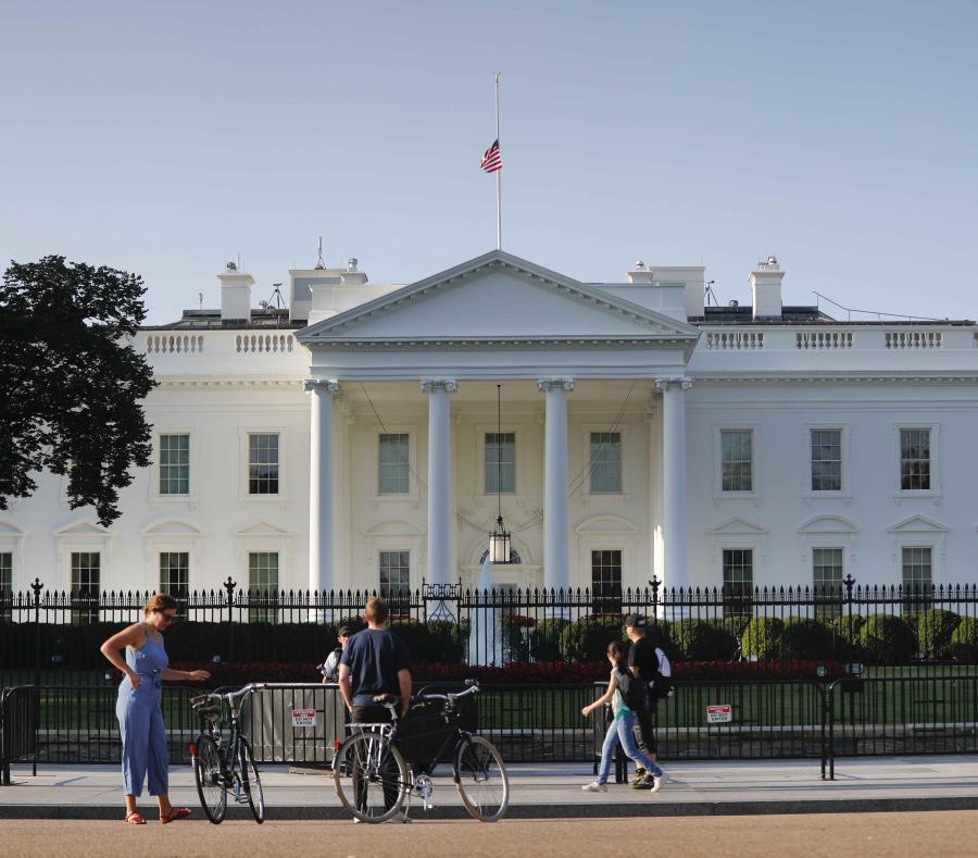 La bandera estadounidense a media asta el domingo en la Casa Blanca. (AP) (semisquare-x3)