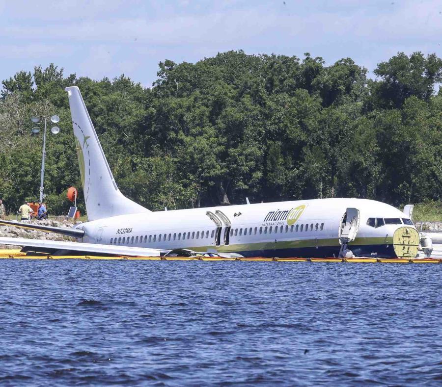 El avión fletado que transportaba a 143 personas proveniente de Cuba yace en un río al final de la pista. (semisquare-x3)