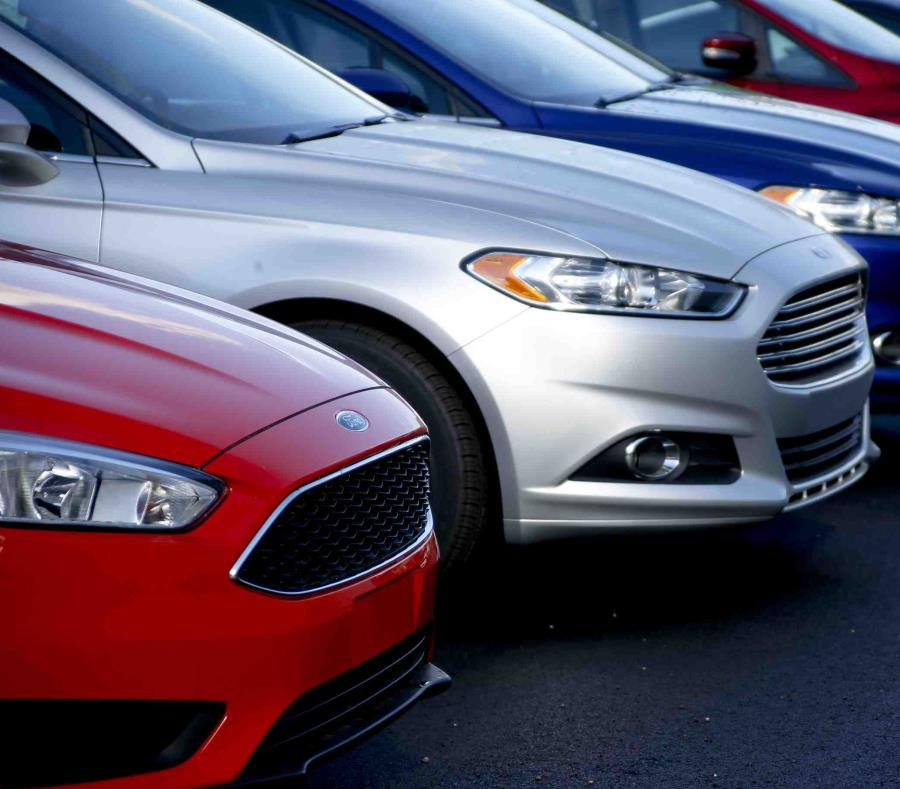 En esta foto de 2015, se ve una fila de Ford Fusion en el concesionario Butler County Ford en Butler, Pensilvania. (AP) (semisquare-x3)