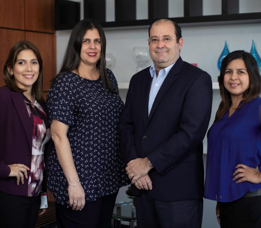 Desde la izquierda: Wanda López, senior HR Business Partner; Patricia Pagán, directora de Finanzas; Manuel Palma, gerente general; y Marlene Martínez, senior assembler de Manufactura. (semisquare-x3)