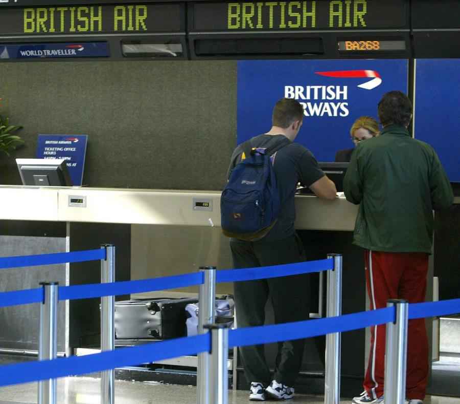 Cientos de personas se quedaron esperando en los aviones y hasta en los pasillos (semisquare-x3)