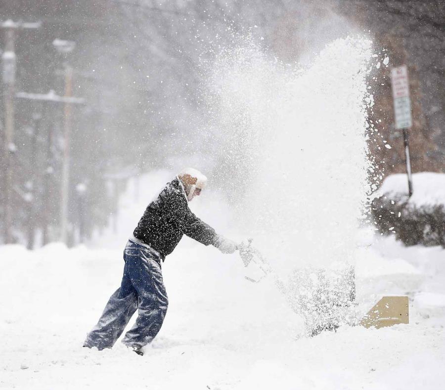 Un hombre despeja un camino en medio de una intensa nevada en Syracuse, Nueva York, el domingo, 20 de enero del 2019 (semisquare-x3)