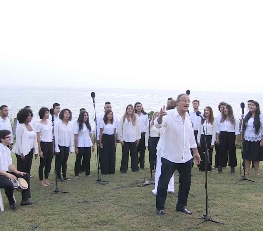 Puerto Rico conmemora un año del huracán María con coros y protestas