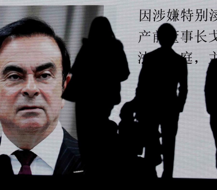Una pantalla muestra una pieza informativa sobre el expresidente de Nissan Carlos Ghosn. (EFE) (semisquare-x3)