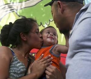 Bebé inmigrante que compareció en corte de Estados Unidos vuelve a casa