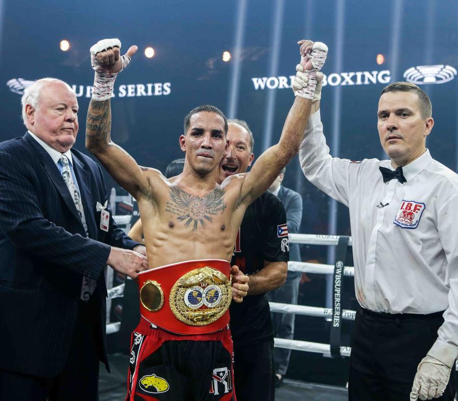 """El campeón de la Federación Internacional de Boxeo (FIB), Emmanuel """"Manny"""" Rodríguez  (pantalón negro), posa tras su triunfo. (semisquare-x3)"""