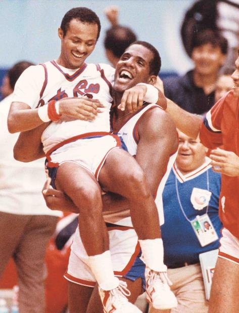 Ramón Ramos celebra con Angelo Cruz la victoria de Puerto Rico sobre Yugoeslavia, el 24 de septiembre de 1988. (vertical-x1)