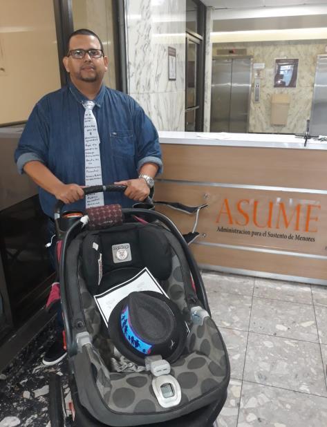 Pérez llegó a las oficinas con un coche para un niño. (Suministrada) (vertical-x1)