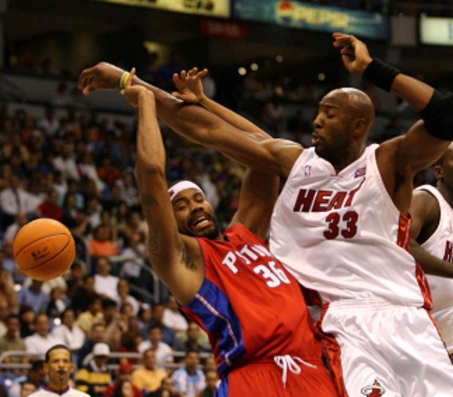 Alonzo Mourning, del Heat, y Rasheed Wallace, de los Pistons, estuvieron activos en el partido de pretemporada efectuado en el coliseo de Puerto Rico. (tonito.zayas@gfrmedia.com) (semisquare-x3)