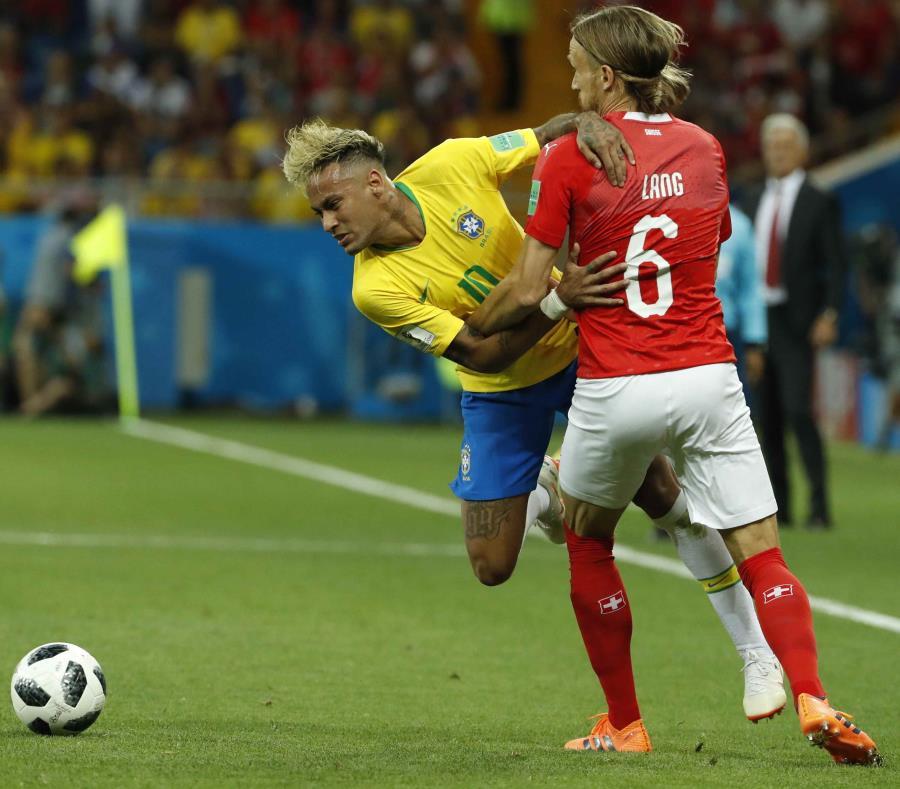 El brasileño Neymar disputa el balón con el suizo Michael Lang (derecha) durante un partido del grupo E del Mundial Rusia 2018 entre Brasil y Suiza el domingo. (semisquare-x3)