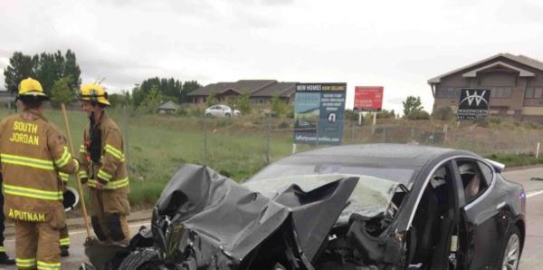 Así quedó destruido un carro autónomo Tesla tras chocar
