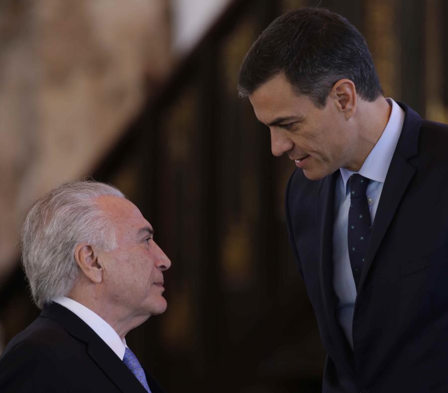 Pedro Sánchez (derecha) conversa con el presidente saliente de Brasil Michel Temer el pasado 16 de noviembre. (AP) (semisquare-x3)